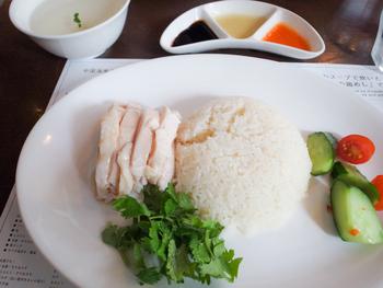 異国情緒漂うシンガポールチキンライス。この美味しさは一度食べたらハマってしまうかも。