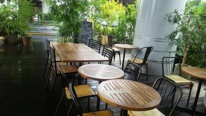武蔵境駅から徒歩7~8分、高架下にある「Cafe Sacai」は、緑豊かなテラス席が魅力です。