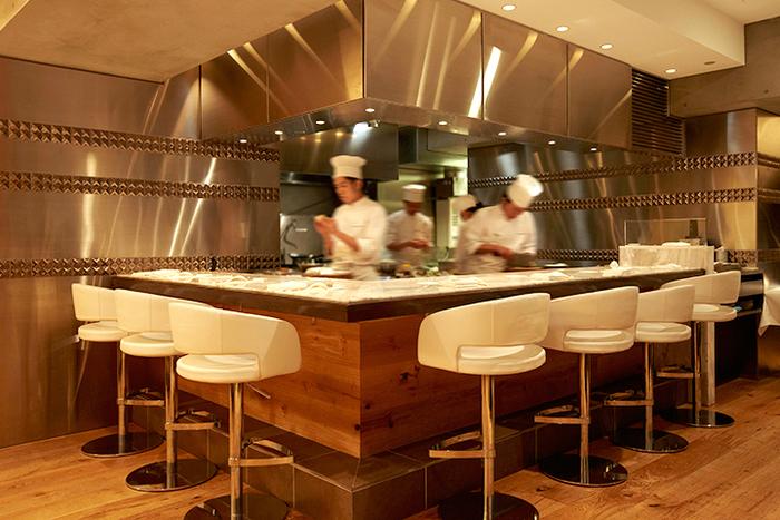 オープンキッチンなので、カウンターなら料理人さんたちの動きを見ながら食事できるのも楽しいですね。