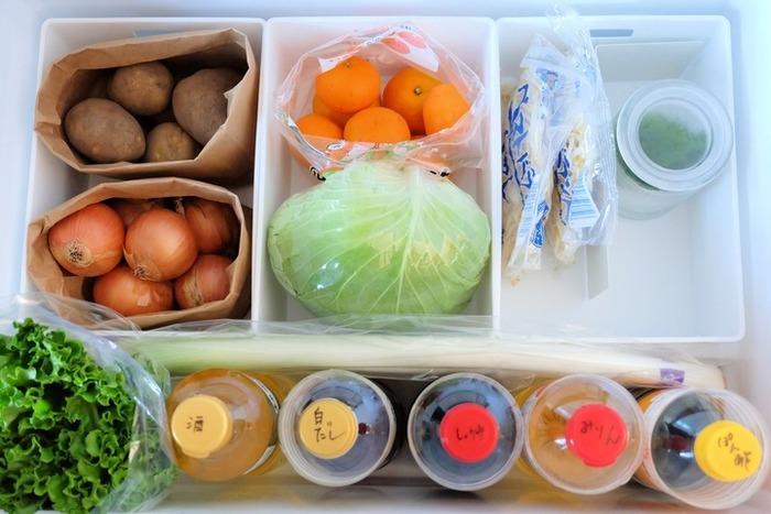 深さのある野菜室には深めのケースを。このように3つ並べて野菜室に入れることで、中でコロコロ転がってしまうキャベツをきちっとストックできたり、手前にできたスペースに背の高い調味料を並べることが出来たり、きっちり整えて入れることが出来ます。きっちり整っていると見ていても気持ちがいいですね。