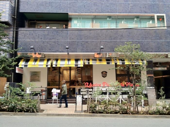 恵比寿駅から徒歩5分程の場所にある外観だけでなく内装もおしゃれなピッツェリア。