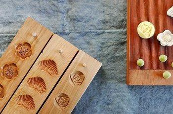 """日和制作所がお届けする和三盆ブランド""""HIYORI""""。江戸時代より讃岐に伝わる伝統的な製法によって製糖された和三盆を、伝統工芸士によって手彫りされた木型を使用し、ひとつひとつ丁寧に仕上げています。香川をはじめ、京都や大阪、東京にも取扱店舗がありますが、オンラインショップでも購入できます。"""