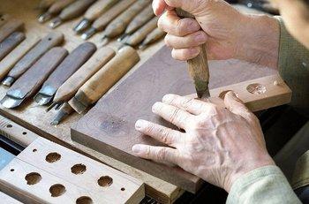 """""""和三盆""""とは、香川県(讃岐)と徳島県(阿波)で、約200年以上前から伝わる伝統的な製法によって生産されているお砂糖です。日和制作所の木型は全て手作業で彫られ、和三盆の抜けがよい、樹齢百年を経た山桜を使用しています。手作りのぬくもりが感じられますね。"""
