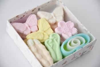 「干菓子」とは、和菓子の中でも水分量の少ない乾燥したお菓子のこと。落雁や和三盆、金平糖やキャンディ、せんべいや八つ橋、おこしなども含まれます。