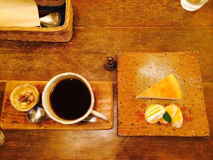 カフェ利用は、スイーツとのセットがお得でおすすめ。コーヒーや紅茶と一緒に、ベイクドチーズケーキやプリン、タルトなどをいただけますよ。風合い豊かな器も素敵です♪