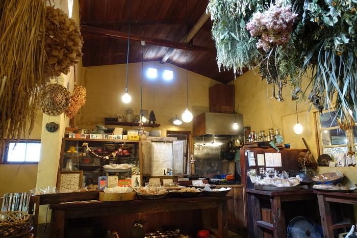 古民家を改装したという、木造の店内。外から差し込む光も感じられて、自然のあたたかみに満ちています。一つ一つ丁寧に焼かれたパンは、様々な形をしたうつわに盛られていて、陳列にもセンスが感じられますよ。