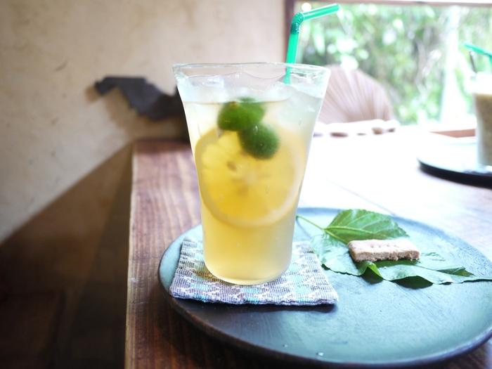 カフェメニューはコーヒーやチャイ、沖縄産フルーツのスムージーなど、どれも魅力的。このような、自家製シロップのレモンソーダもあります。暑い日の体に染み渡りますね♪