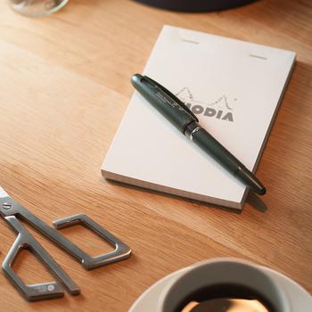 万年筆の書き味をボールペンのように手軽に使うことを考えてつくられた「トラディオプラスティック万年筆」。万年筆のように力の入れ具合や角度によって筆幅に変化をつけることができます。 万年筆初心者さんにおすすめのアイテムです。