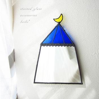 ステンドグラスの技法で作ったハンドメイドの壁掛けミラー。サーカス小屋をモチーフにしたデザインが甘くなり過ぎない可愛さを演出してくれます。お部屋で過ごす時間がいつもより楽しくなりそう♪