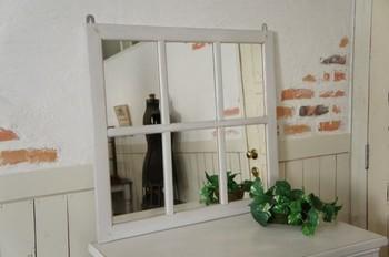 窓枠をデザインした、シャビーな雰囲気の壁掛けミラー。壁に掛けるだけで、お部屋に素敵な窓が現れます!無垢材を使用した、しっかりとした作りになっています。