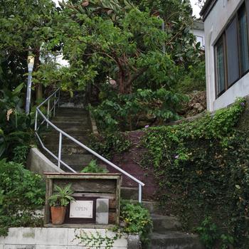 看板の矢印に沿って歩くと、目の前に階段が。探検みたいでワクワクしますね。丘の上へと上ると…。
