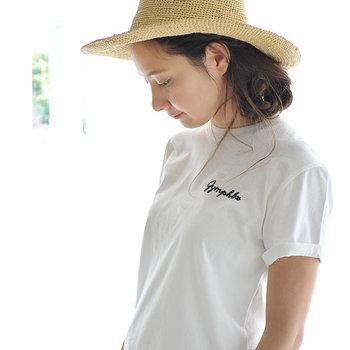 イギリスの老舗スポーツブランド「Gymphlex(ジムフレックス)」のTシャツ。肌触りの良いコットンジャージー素材でさらりと快適に過ごせます。  左胸にあしらわれた刺繍のロゴがヴィンテージライクな雰囲気を演出。袖口のロールアップデザインもさりげないアクセントとして効いています。