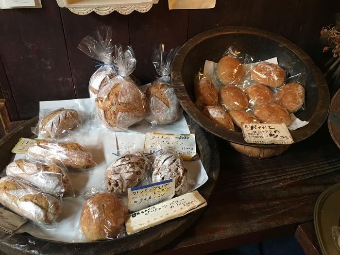 自慢のパンは、シンプルな材料でつくられています。もっちり食感の「ライ麦パン」や「全粒粉パン」、フルーツが入ったマフィンなど…。どれも素材本来の美味しさが引き出されていて、食べ応えがあるはず。早めの時間に売り切れることもしばしばです。