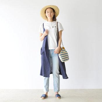ディテールにこだわったTシャツはデニムを合わせただけのシンプルなコーディネートでも十分可愛いですが、少し変化を付けたいなら、ロング丈のジレをレイヤードしてみて。ぐっと女性らしい着こなしになります。帽子はストローハットがお似合い◎。