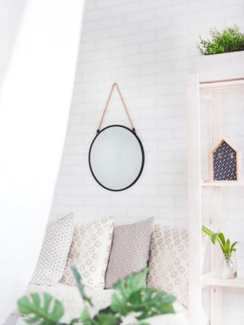 お部屋のアクセントになる壁掛けミラーは、外からの光を取り込んでくれたり、奥行きを感じさせる空間を作ってくれます。 シンプルにひとつだけ飾ったり、複数を組み合わせて、お部屋に楽しいアクセントをプラスしたり… おもいおもいの配置で、空間をお洒落に演出してみませんか♪