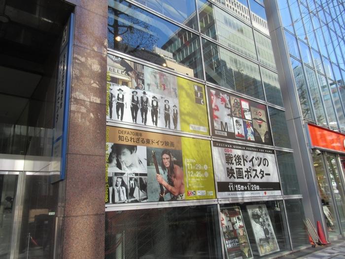 映画の話をしだすと止まらないお父さんには、映画の美術館「国立映画アーカイブ」がおすすめです。京橋駅から徒歩1分、日本橋や東京駅から徒歩圏内にあります。2018年4月1日に東京国立近代美術館より独立して「東京国立近代美術館フィルムセンター」から「国立映画アーカイブ」に。東京散策をしながら向かうのも楽しそう。  日本映画の歴史や世界の名作、映画の制作過程など、映画の魅力を存分に味わえる「映画の美術館」は、期間限定で開催される企画にも注目です。
