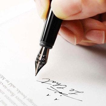 ペン先に猫が書かれた万年筆。使うたびに可愛らしい姿が目に入り、緊張もほぐれそう。