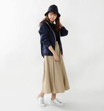 可愛らしいフォルムのハットなので、ロングスカートを主役にしたフェミニンなコーデにもお似合い。ハットのカラーをブルー系にすると、より都会的な雰囲気に仕上がります。