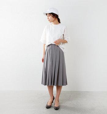 「ブラウス×プリーツスカート」のレディライクなコーデに、あえてキャップを合わせて大人の遊び心をプラス。シンプルなデザインのキャップなのでキレイめコーデにも違和感なく溶け込んでくれます。トップスとキャップ、どちらも白を選ぶと清潔感のある明るい雰囲気に仕上がります。