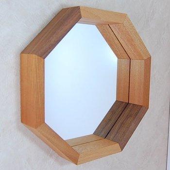 フレームの内側に、一輪差しや小物も置けちゃうお洒落な壁掛けミラー。六角形のデザインが、さりげなくお部屋に存在感をプラスしてくれます。 壁掛けミラーですが自立するので、チェストの上などに立てかけて使っても素敵です!