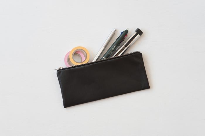使うほどになじんでいく本革のペンケース。「シンプルを極めた、働く女性のためのビジネスアイテム」がコンセプトのENVELOPE(エンベロープ)シリーズです。お財布と同じように、長く大切に使いたくなるアイテムです。 打合せ時にペンを出すときなど、人の目にふれることも多いので、上質感のある本革のペンケースできちんと感を演出するのもいいですね。