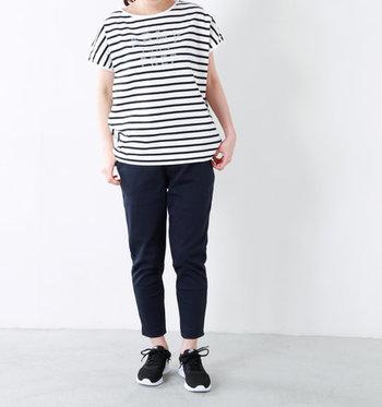 ボーダーTシャツにブラックのパンツを合わせたシンプルコーデにナイキのスニーカーを合わせて軽やかさをプラス。全身をモノトーンでまとめているので、シックな雰囲気も漂います。足首を見せてあげると涼しげで◎。