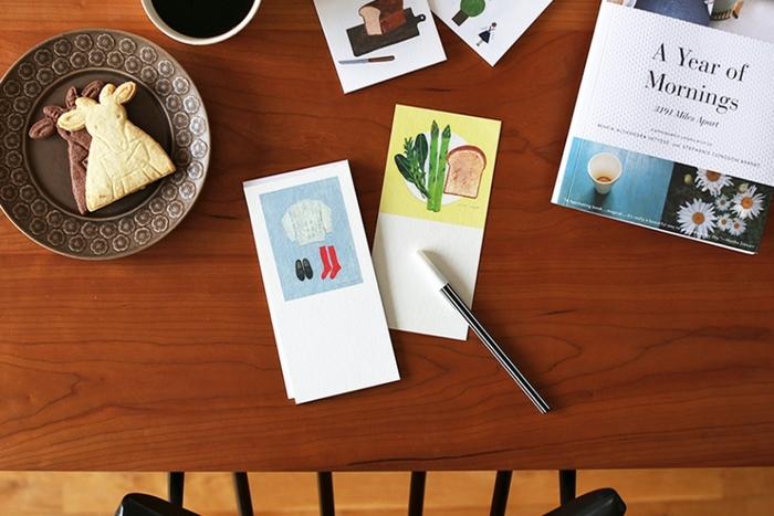 なんと昭和8年に設立された京都の和文具メーカー「表現社」のブランド「cozyca products(コジカプロダクツ)」の一筆箋。 身近にあるものが優しい色・タッチで描かれた心がなごむイラストに、渡した相手の人も微笑んでくれるはずです。