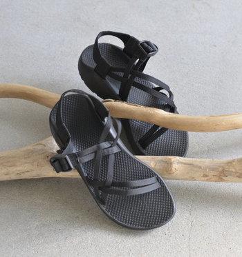 細いストラップベルトをクロスさせたデザインが上品な印象を与える「Chaco(チャコ)」のアウトドアスポーツサンダル。水辺のアウトドアや、雨などの悪天候にも負けない機能性を備えながらも、タウンユースとして使いやすい一足です。