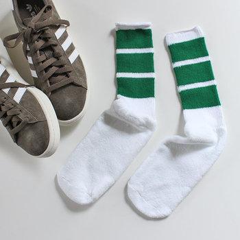 スニーカーやスポーツサンダルは、靴下との組合せを考えるのも楽しいですよね。おすすめは、カラフルなラインが入った一足。コーデにさりげなくアクセントを添えてくれる優秀アイテムです。