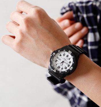 シンプルなTシャツコーデやアウトドアスタイルのアクセントとしておすすめなのがスポーツウォッチ。存在感バツグンのメンズライクな時計がコーデをセンスアップしてくれます。アクティブなシーンはもちろん、あえて少しキレイめのコーデに合わせてもオシャレですよ。