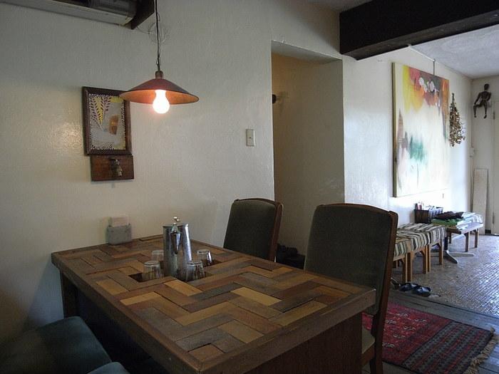 店内はどこか素朴で、古材のぬくもりを感じる雰囲気。カフェスペースとして小さなお部屋がいくつかあり、お部屋ごとにこだわり抜かれたインテリアがもてなしてくれます。カウンター席やソファー席、テラスなど、席もさまざま。見ているだけで幸せな気持ちになれるような席を見つけてくださいね。