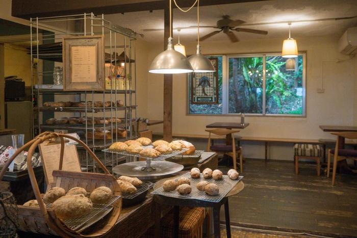 プラウマン(ploughman)とは「農耕をする人」を指す言葉。お店では、そんな農夫さんのランチをコンセプトとしたメニューを提供しています。 ベーカリーとあって、人気は、自家製天然酵母のパン。ハード系をメインに、クロワッサンなども取り揃えています。あおさ海苔やオリーブ、フルーツピールが入ったものなど、どのパンも、シンプルな美味しさが感じられます。