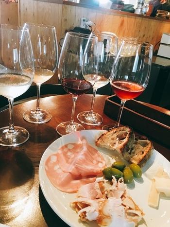 東京・清澄白河にある「フジマル醸造所」。1Fが醸造所、2階にはイタリアンレストラン、そして、好みのワインを探しに来るお客さんのためにテイスティングルームも併設されています。レストランやテイスティングルームを利用した人は、醸造所を見学することができます。  イタリア人シェフが腕を振るう、食材にこだわった本格イタリアンを味わうことができます。テイスティングセットで、それぞれのワインの個性を味わいながら、美味しく、楽しいディナータイムを過ごしてくださいね。