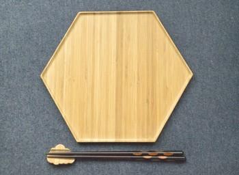 ヘキサゴン型のモダンなトレー。素材は竹でオリエンタルな雰囲気もありますが、モダンな洋食器とも相性が良いデザインです。