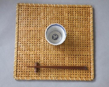 こちらも素材は竹ですが、昔ながらの手法で編まれた折敷です。涼し気な雰囲気を夏の食卓で楽しんだり、和小物のディスプレイに敷くマットとしてもおすすめです。