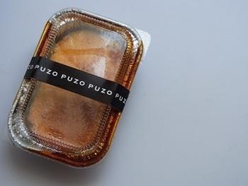 """沖縄県内に4店舗を展開するチーズケーキ専門店『PUZO』のこだわりチーズケーキは、お土産にも大人気です。那覇空港店限定の「マンハッタンの恋プティ」は、""""マンハッタンで恋人たちが食べさせ合っているようなチーズケーキ""""をイメージして作られたというだけあって、一度食べたら忘れられない""""大人の恋の味""""。"""