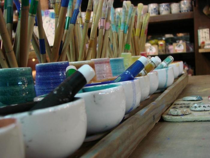 「むさし野 深大寺窯」では陶芸を体験することができます。100種類以上の素焼きから好きなものを選んで絵付けをする「らくやき」は20分で焼き上げるコースなので、気軽に体験することができます。 粘土から作る「手びねり」コースは、1回の体験で完成させることができる色釉コースも。お父さんのためのお猪口や湯飲みをつくれば、体験とダブルのプレゼントができますね。  深大寺のメイン通りには、休日には多くの人が訪れる散策スポット。周辺には多くのそば屋があるので、陶芸体験の後に行ってみては♪