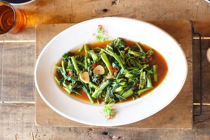 オイスターソースは牡蠣が原料のソース。粘度が高めなのが特徴的で、貝ならではの旨味の他に甘味も感じられるのが特徴です。コクを出すための隠し味として優秀な調味料ですが、メインとして使うとなるとなかなか思いつかない…そんな人におすすめのオイスターソースレシピや、他の調味料と合わせたやみつきレシピをご紹介します。