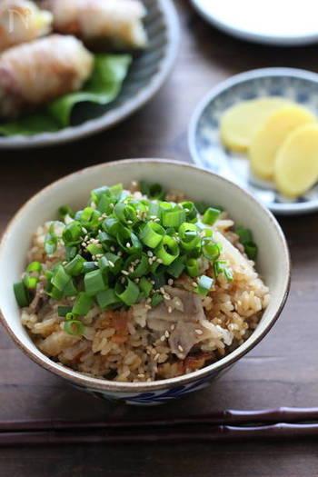 豚バラ大根のボリューム大な炊き込みご飯も、ぽん酢で炊くことでさっぱりと。大根はあれば葉も加えるのもおすすめです。炊飯器任せで簡単なので、ぜひ試してみて。