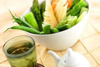 オイスターソースを多めに消費したいならこちらのレシピ。野菜を茹でるのにも使う他、仕上げもオイスターソースをかけて。ただ茹でただけとはひと味違う温野菜を楽しめます。