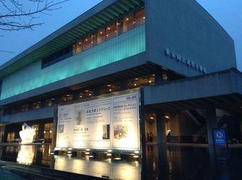 昭和27年に中央区京橋の旧日活本社ビルをリニューアルして開館したのが、東京国立近代美術館です。金曜日・土曜日は夜20時まで開館しています。
