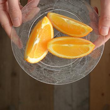 ガラスのお皿には、フルーツを盛り付ければ涼しげな印象に。夏の暑い日には、ぴったりのデザートになります。 色のない透明皿は、フルーツの彩りを引き立ててくれるので一枚持っておくと便利です。