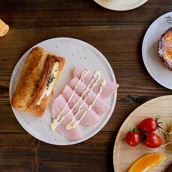 トレイのようなシンプルな木のお皿に並べれば、品目が少なくてもおしゃれな朝食プレートになります。 朝はあまり食べられないという方は、気分が上がる華やかな朝ごはんなら食欲が湧いてくるかもしれませんね。
