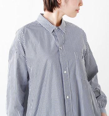 夏は何かとおでかけが多い季節なので、一枚で着るのはもちろん前のボタンを開けて羽織として使用できるシャツワンピースがおすすめ。特に、こちらのストライプ部分が細いデザインは、ラフに着ても大人な落ち着いた印象にまとめてくれる優秀なアイテムです。