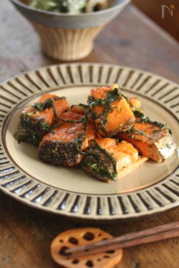 醤油バターの香ばしさと大葉の爽やかさがベストマッチな「鮭と大葉のムニエル」。ごはんはもちろん、パンにもよく合う味なので、和風洋風色々なお弁当に入れられます。 大葉は鮭と一緒に焼くのではなく、鮭が香ばしく焼きあがってから投入するのがコツ。