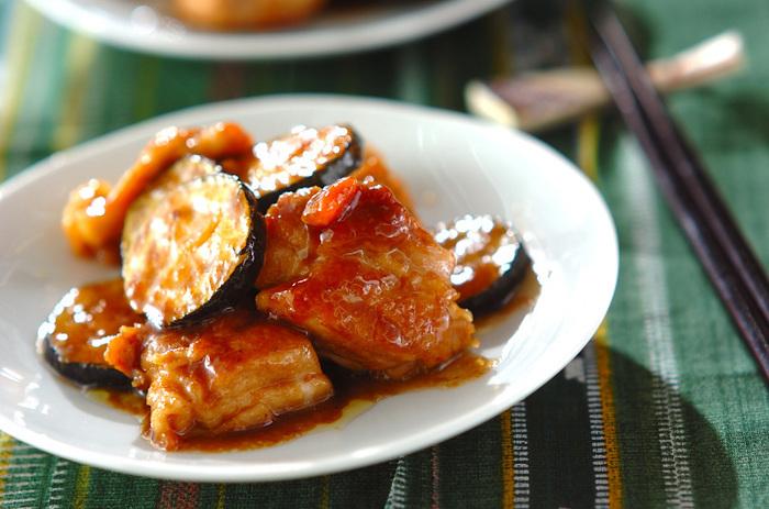 照り焼きに梅肉が加わった、夏にぴったりの「鶏肉の梅照り焼き」。ちょっと甘めの味付けに酸っぱさが加わり、クセになる美味しさ。 ズッキーニと鶏肉は一緒に焼き始めますが、ズッキーニは火の通りがはやいため、焼けたら別の器に上げておくのがきれいに仕上げるコツ。