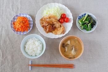 一汁三菜とは、日本の主食であるご飯に加えて、一汁=汁物と、三菜=菜(おかず)三品で構成される献立のこと。三菜と言ってもお野菜だけを意味するわけではなく、お魚やお肉などのメインの一皿に、小鉢を二皿といったスタイルが主流です。