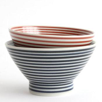 模様もシンプルな縞だからこそ、飽きずに長く使えそう。藍駒と朱駒の2色(サイズ違い)がありますが、どちらも落ち着ていて上品な佇まいが魅力です。