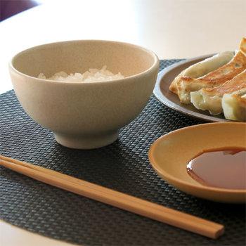三重県四日市市で、日本の伝統工芸でもある萬古焼(ばんこやき)の窯元が立ち上げたブランド『4th market』。「夕餉(ユウゲ)」シリーズは、そこから生まれた長く丁寧に使いたくなるような器です。ご覧の通り、どこまでもシンプル。でもどこか温かみを感じて、ずっと使いたくなる不思議なお茶碗なんです。
