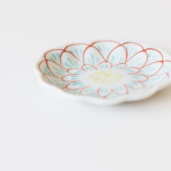 醤油皿としてはもちろん、お漬物をのせたり、時にはちょっとした取り皿としても活躍してくれる小皿。形も柄も様々だけど、石川県で久谷の土と絵具を使って作陶されている赤地径氏の作品は、控えめなのに華やかで上品な印象の一皿。大きな器に負けない存在感で、食卓を彩ってくれます。